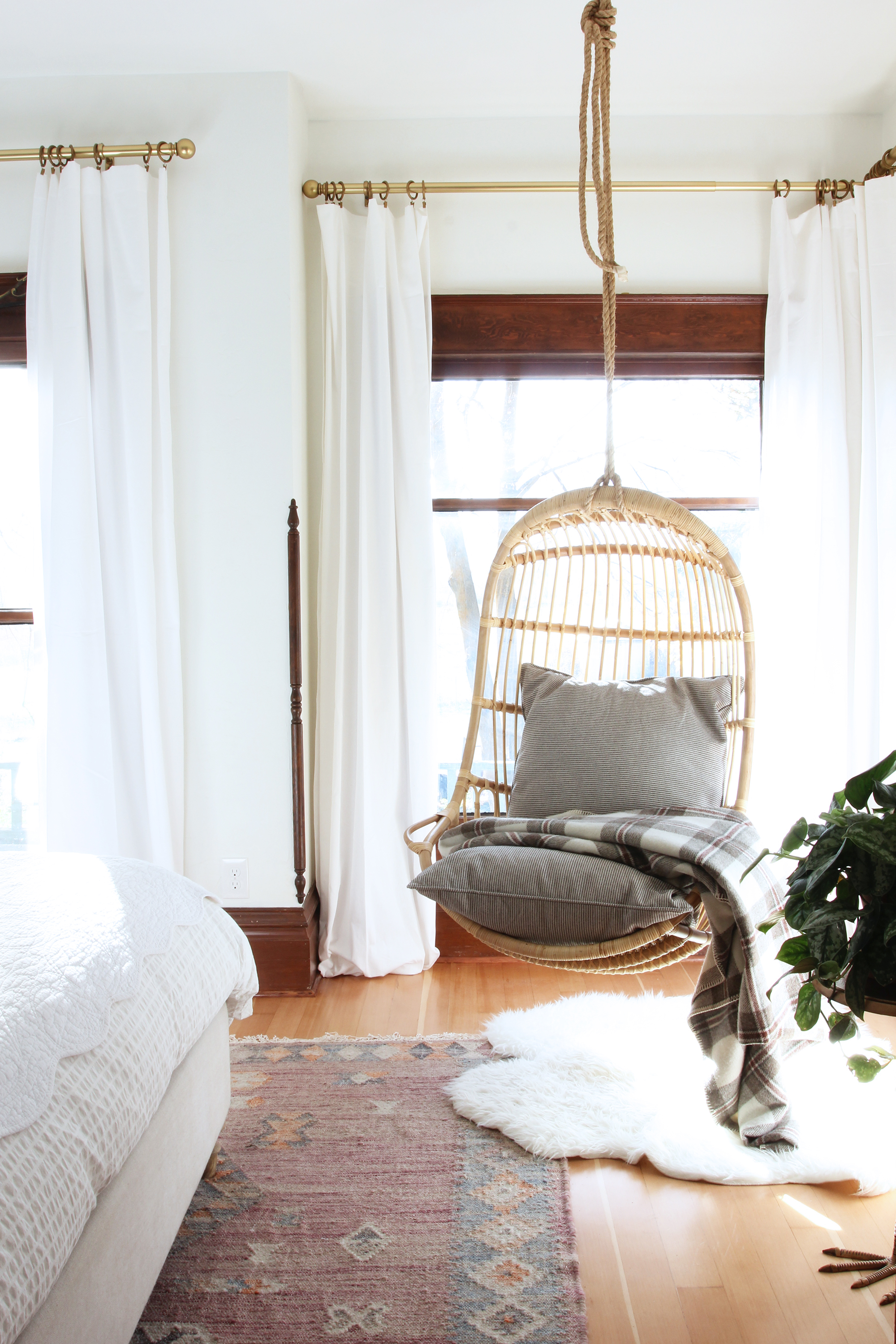 the-grit-and-polish-master-bedroom-hanging-chair