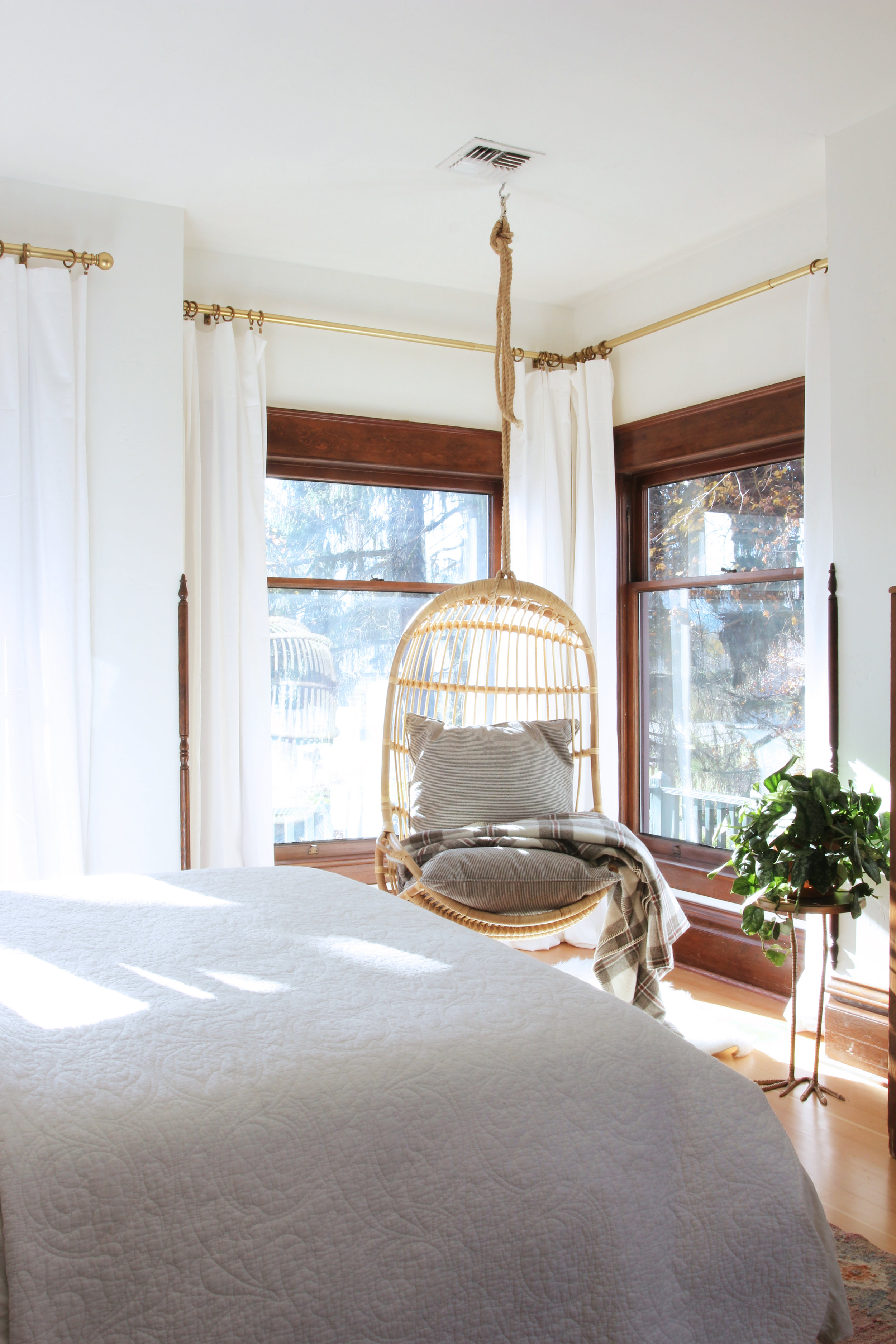 the-grit-and-polish-master-bedroom-hanging-chair-3