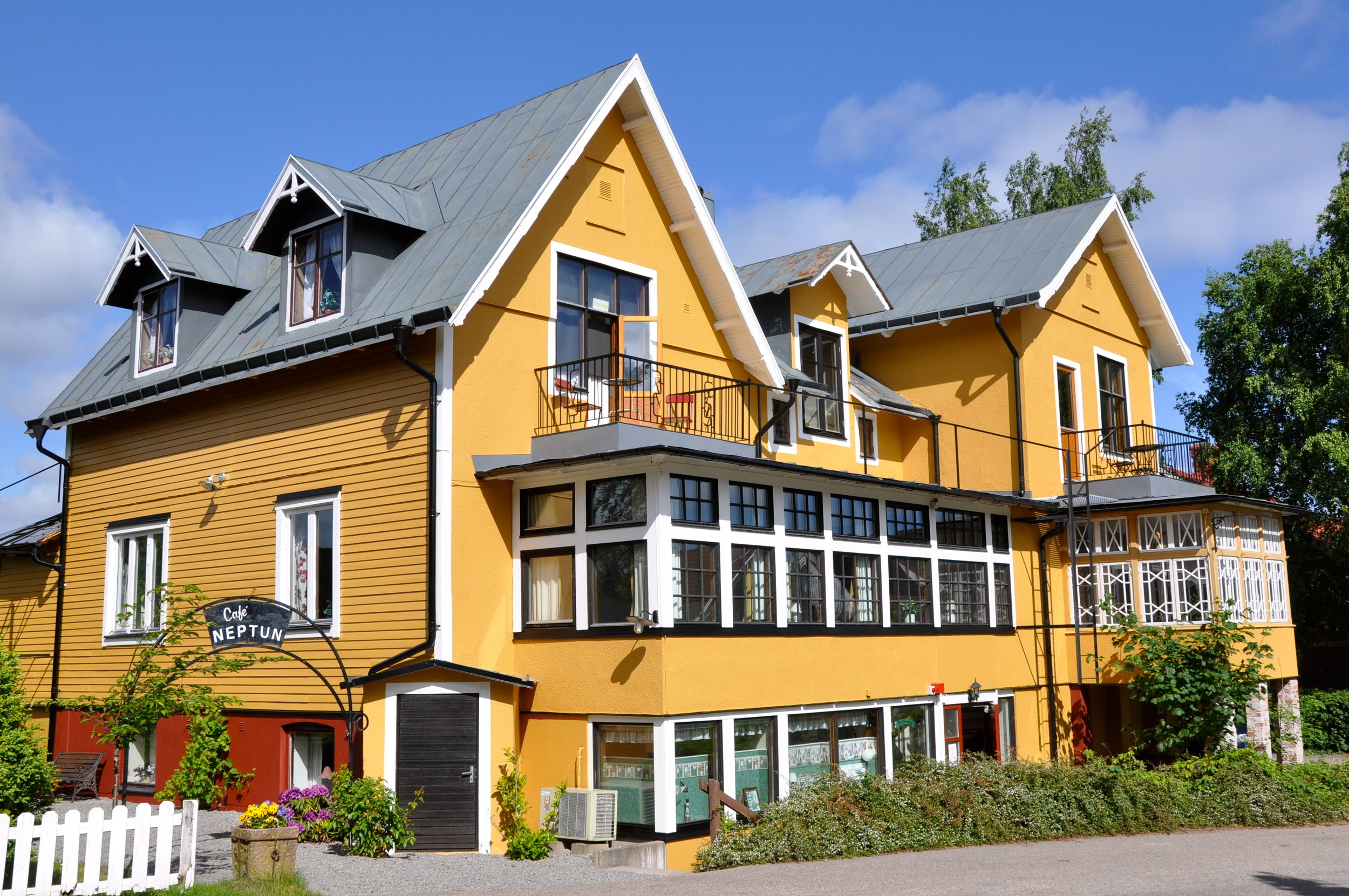 Pensionat Neptun - Pensionat Neptun provides charming accommodation with personality and character. Located only 300 m from Båstad Beach. During the summer, guests can relax in the garden and use the BBQ.25 minutes distance by car.