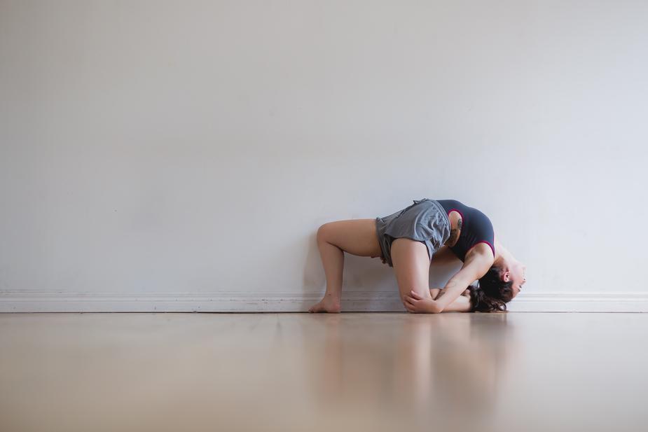 modern-dance-pose-by-wall_925x.jpg