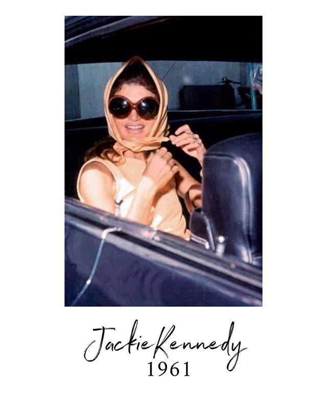 Jackie Kennedy, icône de style des années 60.  Un article sur notre icône est disponible sur le blog : www.lalarita.fr/blog  #icone #inspiration #turban #mode #fashion #hairstyle #beauty #headband #bandeau