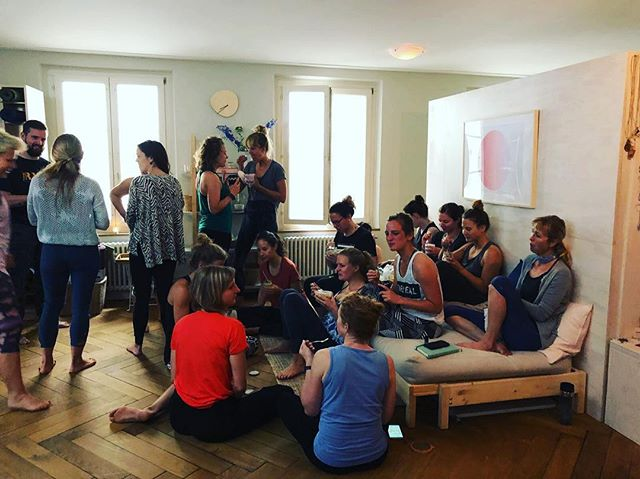 Gathering together during a break at the #yogateachertrainingbern. #yogaschool #yogateachertraining #yogabern #teachertraining #ashtangayoga #anusarayoga #newteachers #wisdom #trainingweek #yogaasana #yogaadjustments #pranayama