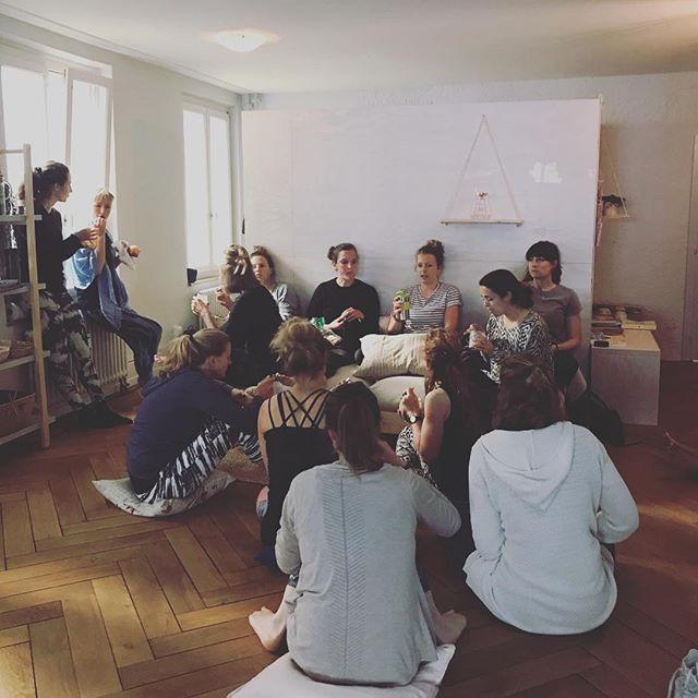 Ein weiteres Yoga Teacher Training ist vorbei. Was hier so gemütlich aussieht sind die vielen schönen gemütlichen Pausen die wir zusammen haben. Deep gratitude.  #yogateachertraining #yogaausbildung #yogateachertrainingbern #thaiyogamassage #treatment #touch #healing #sitaram #love #caring #sharing #yogaluna #dayayoga #yogaasana