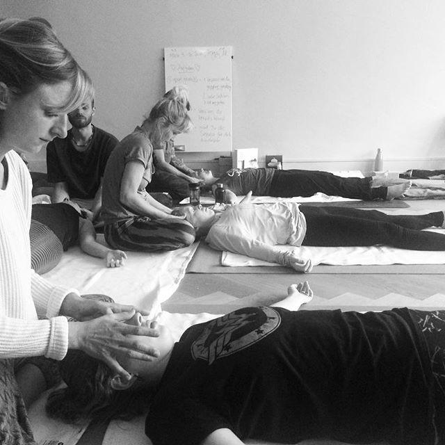 """""""Thai Yoga Massage ist Metta (loving-kindness) in Berührung."""" Till Heeg  Till unterrichtet im #yogateachertrainingbern die Einführung in #thaiyogamassage. Mit seinem fundierten Wissen und seiner Präsenz hat er uns angeleitet, loving-kindness in Berührung zu geben und zu empfangen. Namasté, Till 🙏🏼 Mehr Infos unter yogateachertrainingbern.ch (link in bio) und tillthai.com #invitationtosavasana #amindfultouchexperience #yogaluna #mindfulness #metta #karuna #mudita #upeksha #yogaismorethanasana #movingmeditation #dance #togetherweareone"""