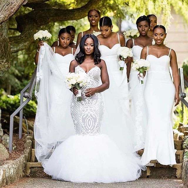 What are your thoughts on an all white bridal party? It looks absolutely beautiful and elegant, AND the bride still stands out 😍😍😍. #allwhitebridalparty #weddinginspiration #bridalparty