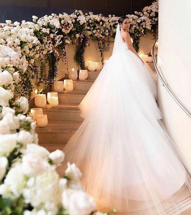 This right here is decor goals, bridal goals and everything else in between! Gorgeous dress by @pninatornai pninatornai #bridalgown #pninatornai