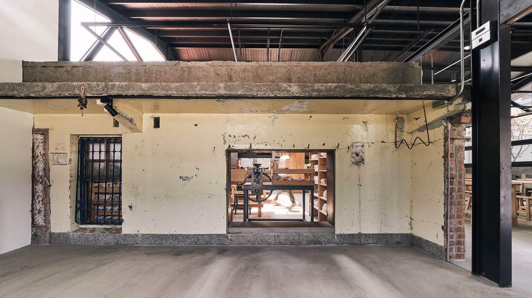 這面牆以前是建築物門口外牆。左方鐵框是窗戶,而白色方格是舊門牌,一旁留有前人放置香柱的香筒