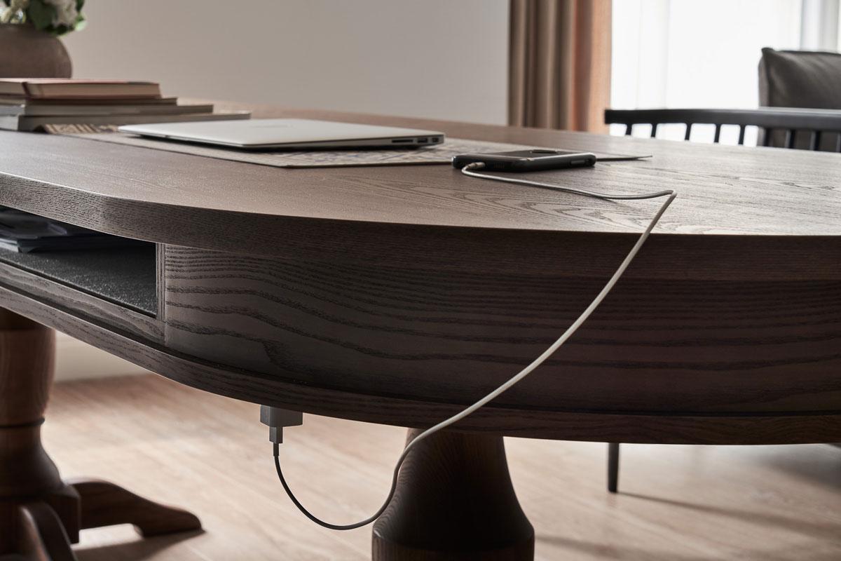 考量餐桌同時作工作桌使用,有時工作到一半會需要充電,設計師於桌下設好插電位置,兼顧功能的同時不影響視覺美感;此外隔出來的抽屜也方便直接將工作的筆電文件暫放在裡面