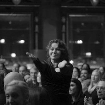 Marléne Stenman tar emot publikens applåder på Fadimegalan 2019. Foto: Ulla Andesong