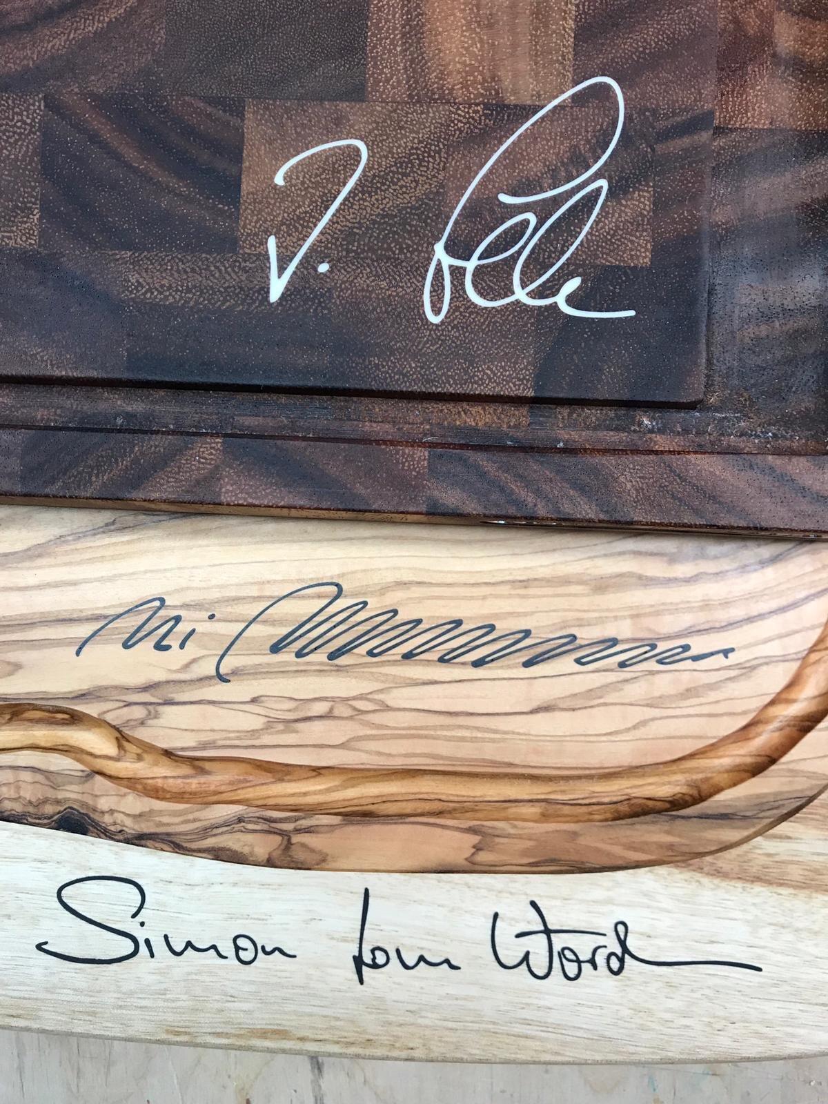 Unterschriften der Beschenkten auf einem Holzbrett gelasert und mit Kunststoff ausgefüllt