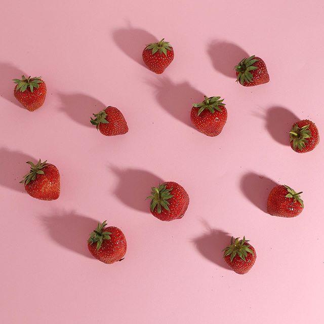 Friske danske jordbær, nu også i vores variant med hibiscus og jordbær🌸🍓 kig efter den lyserøde flaske! . . . . #strawberry #hibiscus #jordbær #danskejordbær #økologi #pink #lyserød #superfood #packaging #photography #redpink