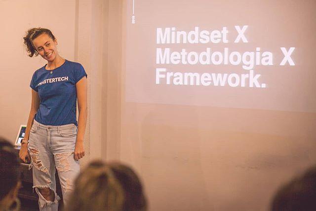Ambientes ágeis normalmente são construídos por equipes que tem autonomia e que se auto-organizam em busca de objetivos e metas.  O mindset ágil valoriza a interação dos indivíduos, a flexibilidade e a adaptabilidade focando na melhoria contínua do processo. Esse conjunto de metodologias contribui para o desenvolvimento e acelera o andamento do seu projeto. . Camila Achutti é uma das professoras convidadas do módulo de ferramentas do BLOCO e vai compartilhar seus conhecimentos sobre métodos ágeis.  Se interessou pelo assunto? ENTÃO VEM PRO BLOCO! . PRÓXIMAS TURNÊS DO BLOCO ONE: . // BLOCO ONE SÃO PAULO (últimas 2 vagas) De 25/jun a 05/julho . // BLOCO ONE PORTO ALEGRE (matrículas abertas) De 29/julho a 8/ago . Acessa o link na bio ou manda uma mensagem que a gente conta tudo!