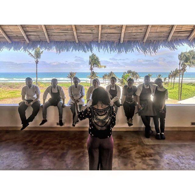 """""""Las pasantías en Bocavaldivia están  diseñadas como una experiencia inolvidable para visitantes de diversos rincones del mundo y de Ecuador,piel a piel con la naturaleza,cultivan de manera limpia,pescan y recolectan de manera artesanal,en la cocina aprenden a cocinar con menos tecnología,intercambian conocimientos con personas locales,conocedores de la naturaleza que los rodea,durante los servicios aprenden mucho,prueban las recetas,hay exigencia y disciplina en el ambiente de cocina. Juliana Fernandez,Project Manager de @fundacionamor7.8 les explica cuál será su aporte a nivel social,de que manera dejarán una huella positiva en la comunidad."""" @bocavaldivia @tanusas.hotel @fundacionamor7.8 #bocavaldivia #biodiversity #love#naturalwisdom#pasantias#naturaleza#360degreesofhonor#cultura#hospitalidad#experience#ancestral#manabi#ecuador🇪🇨"""