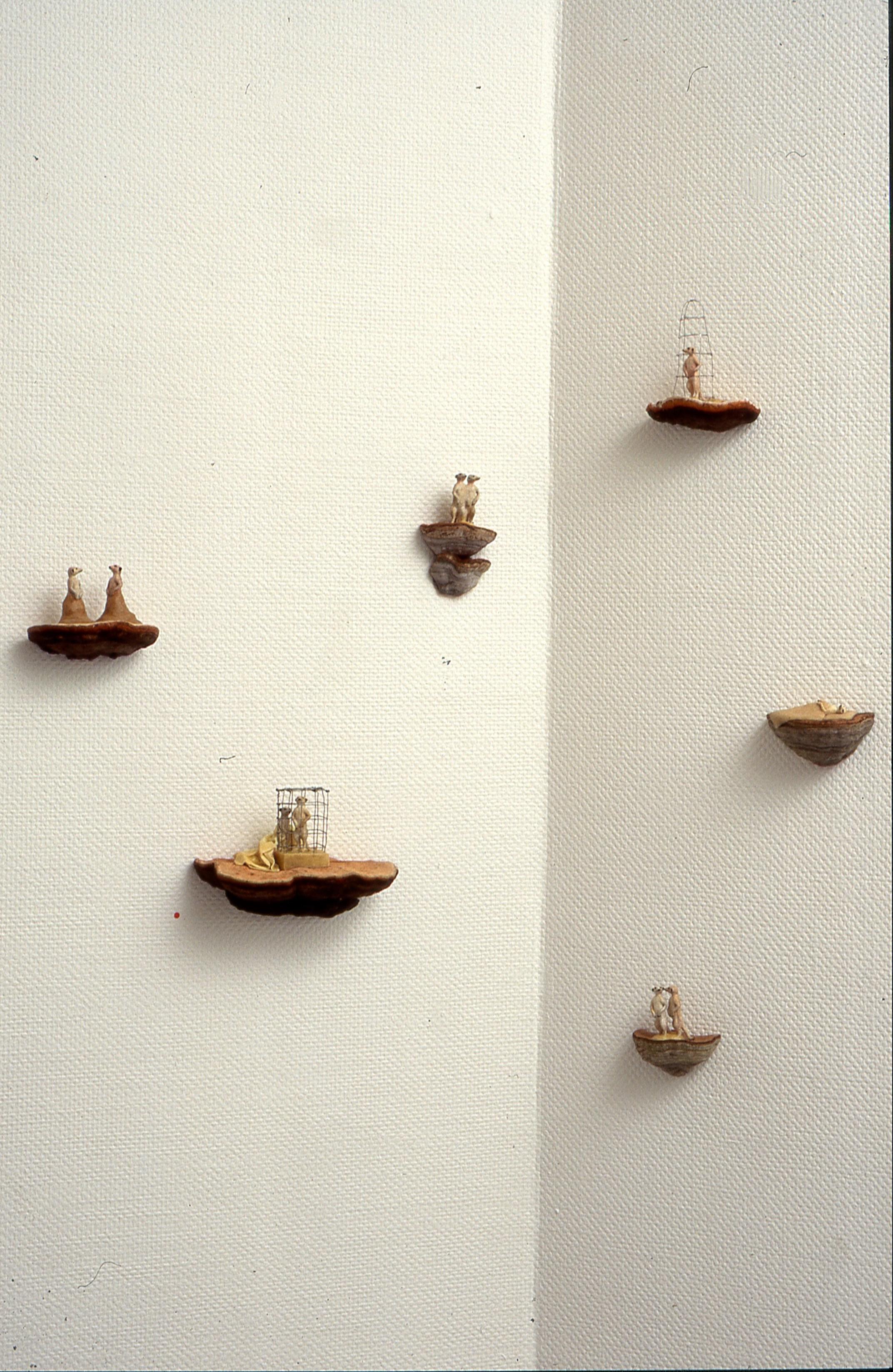 Antropomorfe oppstillinger, kjuke, plastfigur, voks, 2000