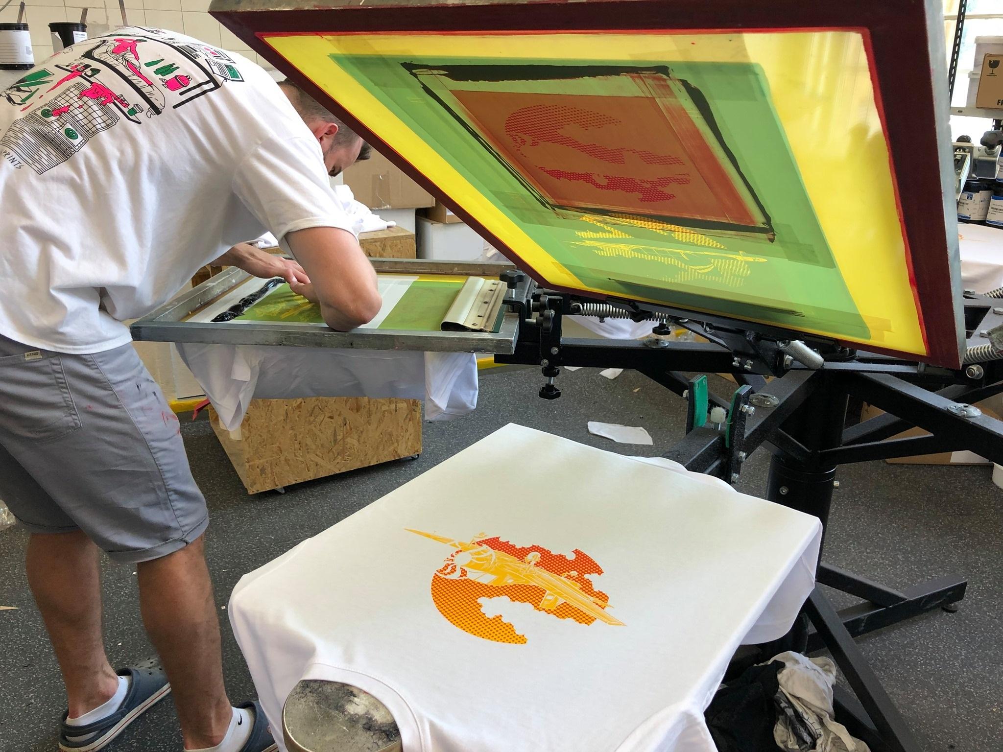 Design je nanášen metodou sítotisku s vysoce odolnými barvami na kvalitní trička ze 100% bavlny.