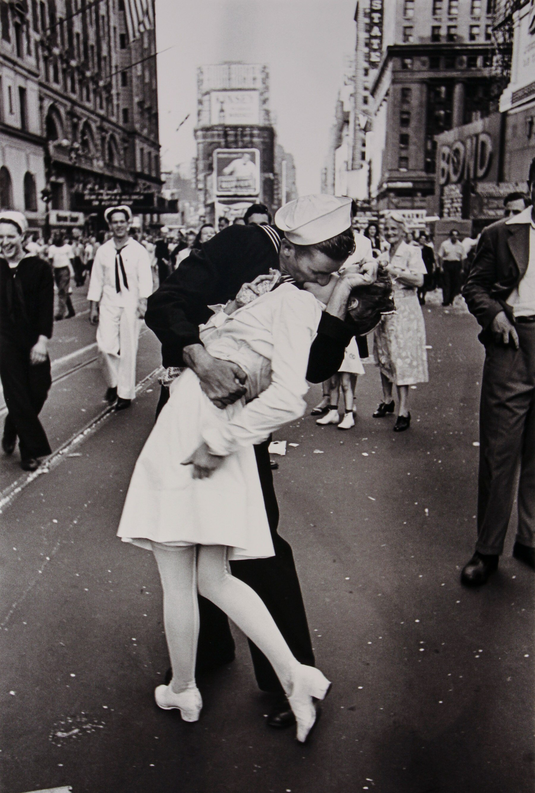VJ-Day in Times Square - Alfred Eisenstaedt     Source