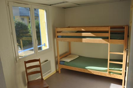 CHAMBRE DORTOIR   Chambres de 1 à 6 personnes ; Lits simples ou superposés; salle de bain et WC en partage.  Réservez votre chambre personnelle OU avec la/les personnes de votre choix en nous indiquant votre préférence.