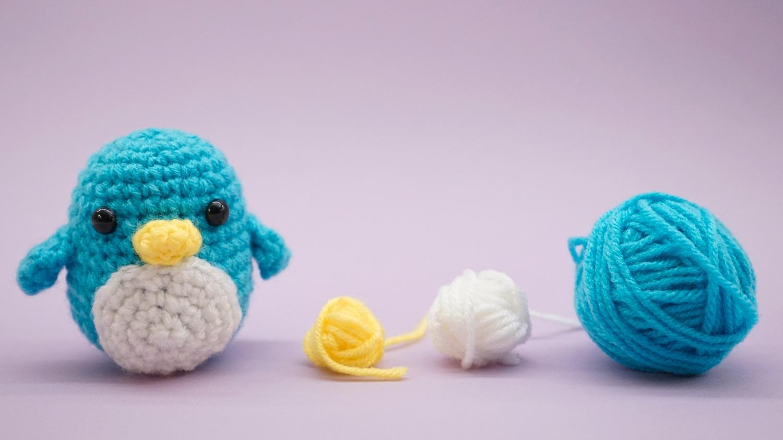 Free penguin amigurumi crochet stuffed toy pattern with yarn