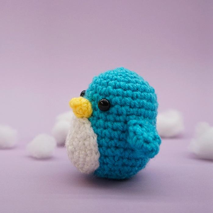 Free penguin amigurumi crochet stuffed toy pattern 3/4 view