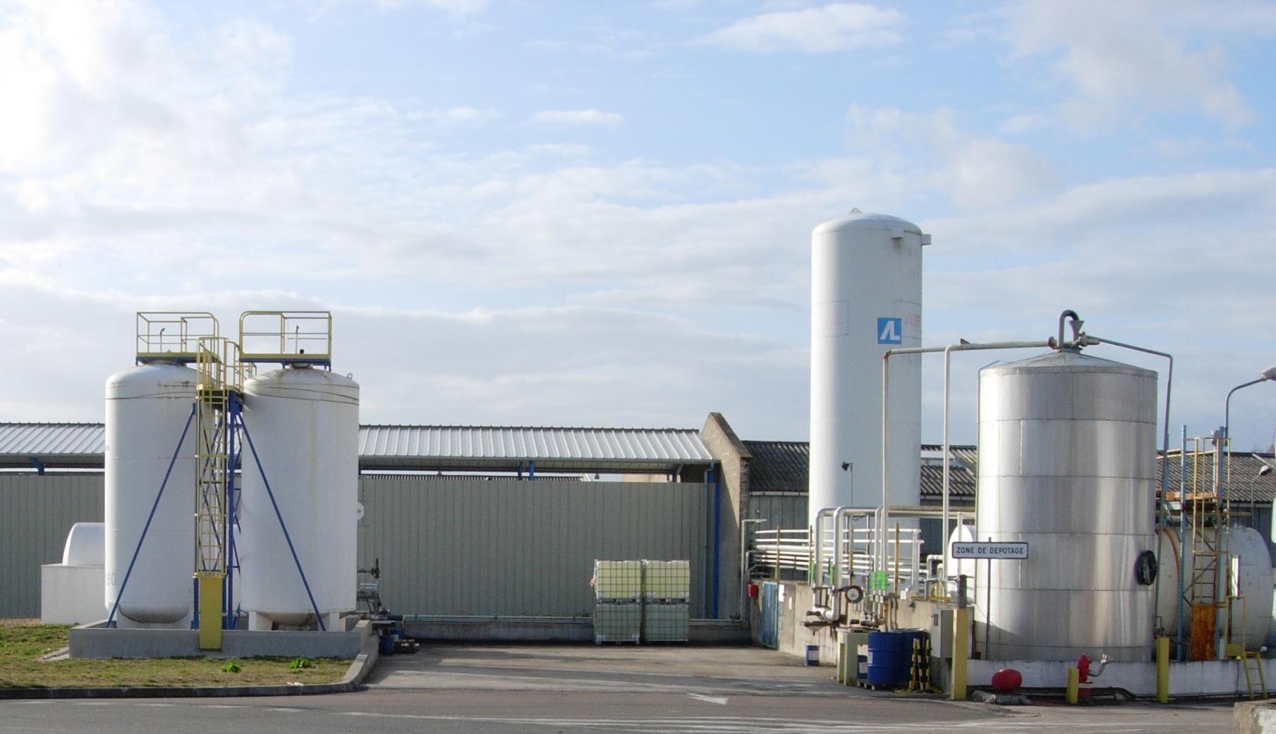 Industrial_storage_tanks.jpg