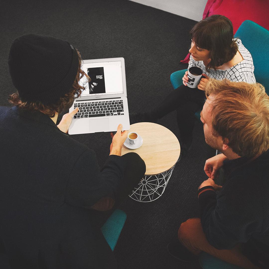 On casse les codes de la formation. - Débutez votre matinée en force avec notre atelier en petit groupe. Au menu: cafés, croissants, échanges de bonnes idées et de connaissances.Bref, notre focus c'est votre projet.