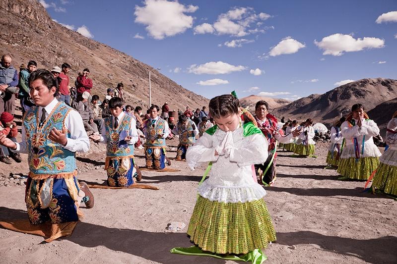 Rezándole al Señor de Qoyllorritty, Cusco 2009