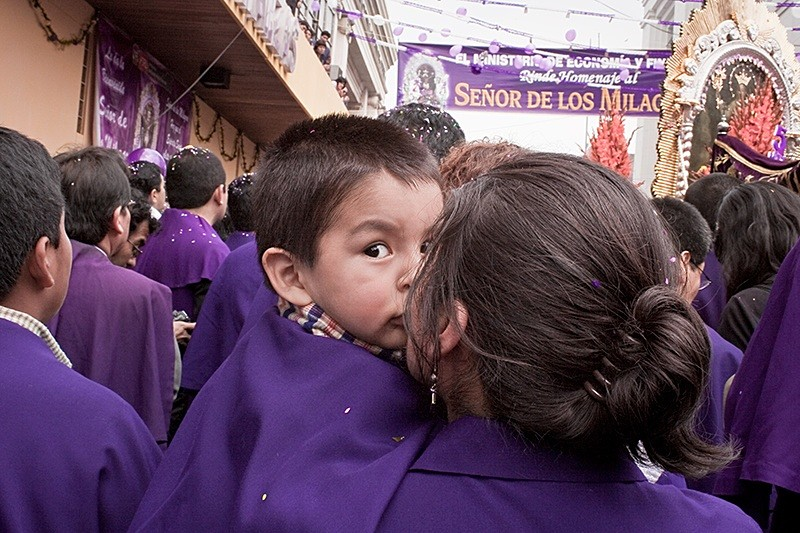 Madre e hijo en procesión, Lima 2008