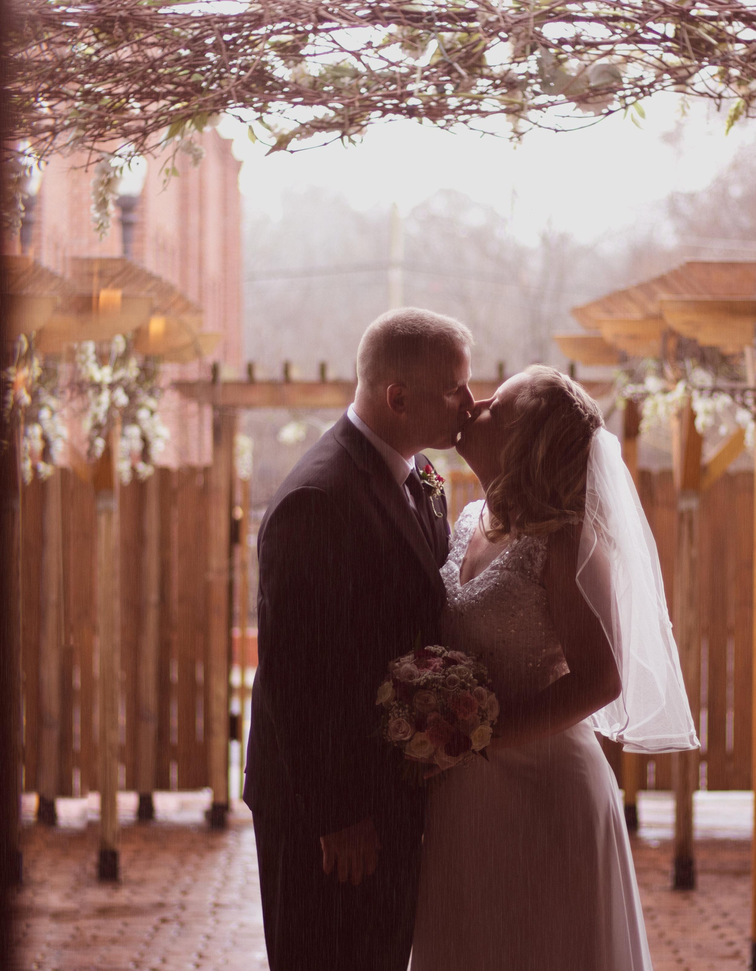 kissing in the rain wedding photography marietta ga woodstock ga north ga atlanta ga rain session street productions