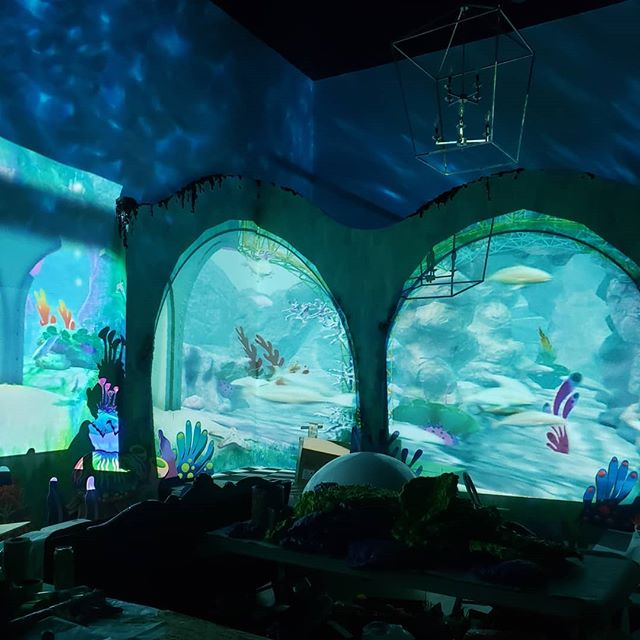 Sometimes, it's both an art AND a science.✨ ---- Behind the scenes with @livevideoart, the masterminds designing the wall-to-wall projection-mapping that breathes life into the underwater ballroom of @thefunhousetoronto.  It's no easy feat to animate a room of this size and scale, but this team makes it look seamless (literally). Real time graphics powered by  @reflexion_visuals, tech hardware generously sponsored by @bigdigitalcorp ---- #FunhouseToronto #ForTObyTO #MondoForma #thefunhousetoronto #queenwest #futuretech #newtech #techgeek #techworld #projectionmapping #realtimevisuals #videoprojectionmapping #mixtoronto #snapshareto #6Grams #DailyHiveToronto #lovetoronto #tdot_shots #6tour #torontoclx #thankyoutoronto #6ixwalks #gta #toronto_insta #torontoIGers #torontoculture #torontosworld