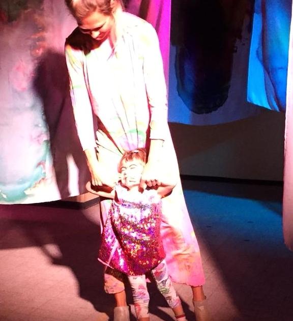 Vera lors de sa première performance de Pink Room, au collectif d'art Picto à Genève, où toutes les toiles ont été réalisées.