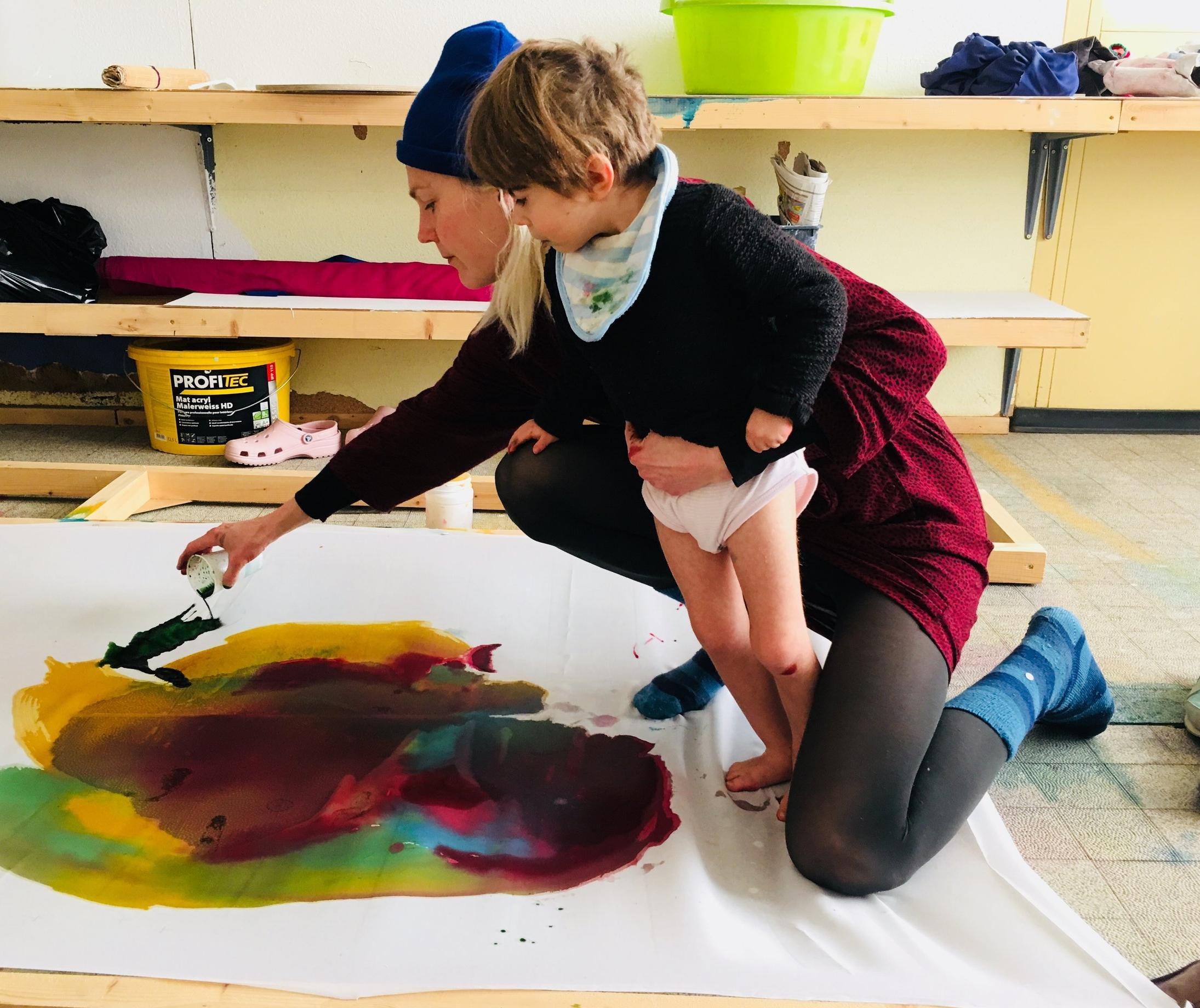 La réalisation d'une toile à l'atelier.