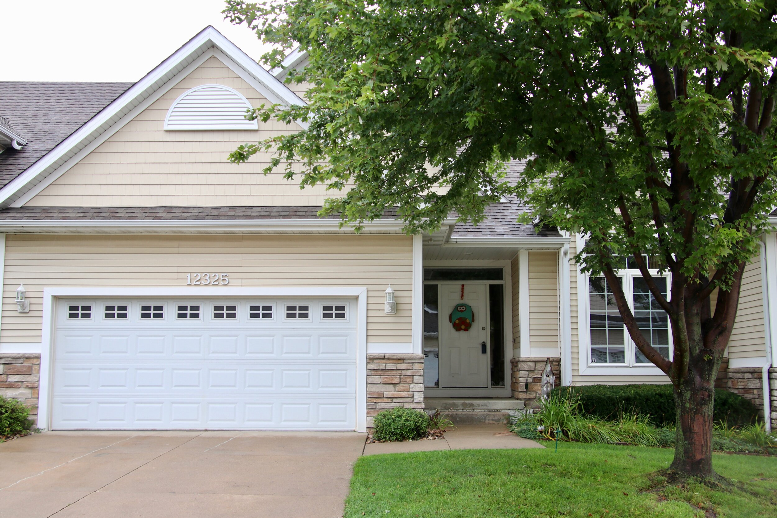 12325 Madison Ave Urbandale $269,900 3+3 - WELCOME TO TIMBERLINE CROSSING! This executive style townhome boasts over 2,400 sq. ft. of finished living space with 3 bedrooms, 3 baths, high vaulted ceiling, 2 car attached garage and beautiful finishes. The finished lower level features a large rec room, walk behind wet bar, 3rd bedroom, 3rd bathroom and plenty of storage space. With low monthly dues, you can experience maintenance free living at it's finest! All appliances included!