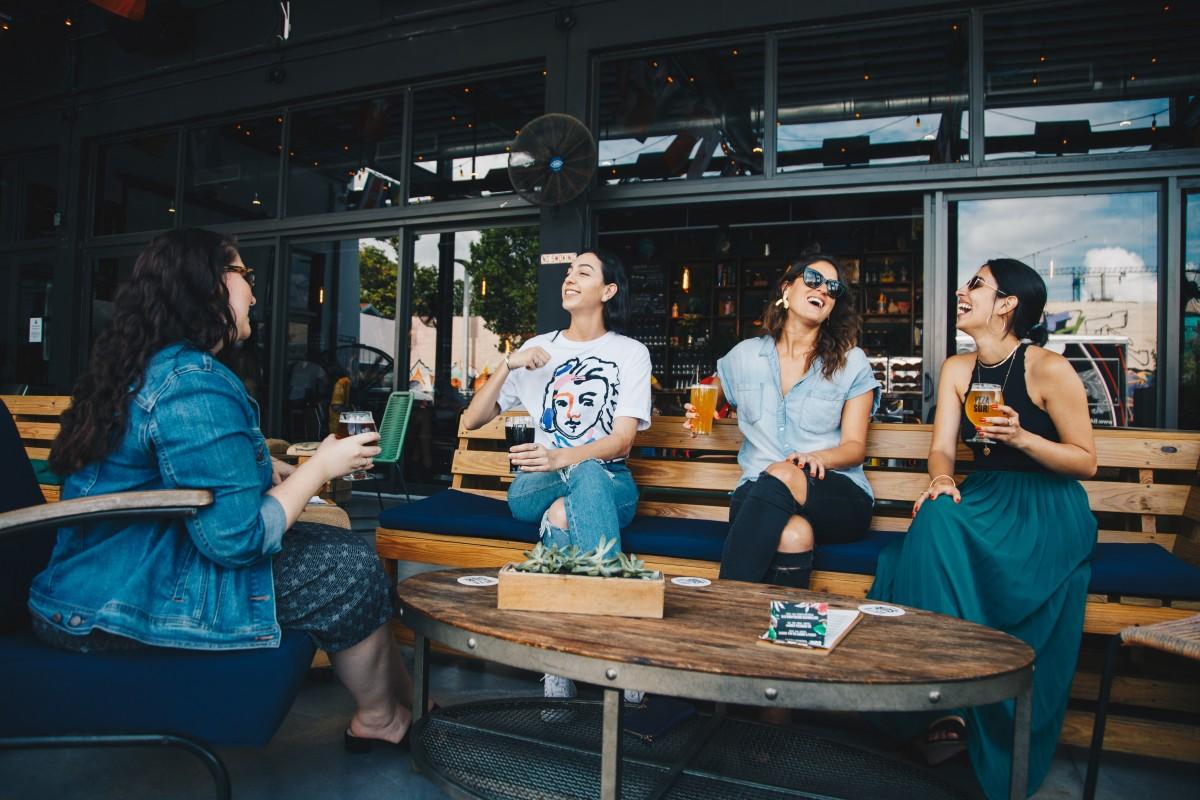 adults_alcoholic_beverages_bar_bench_beverages_chatting_communication_drink-1557613.jpg