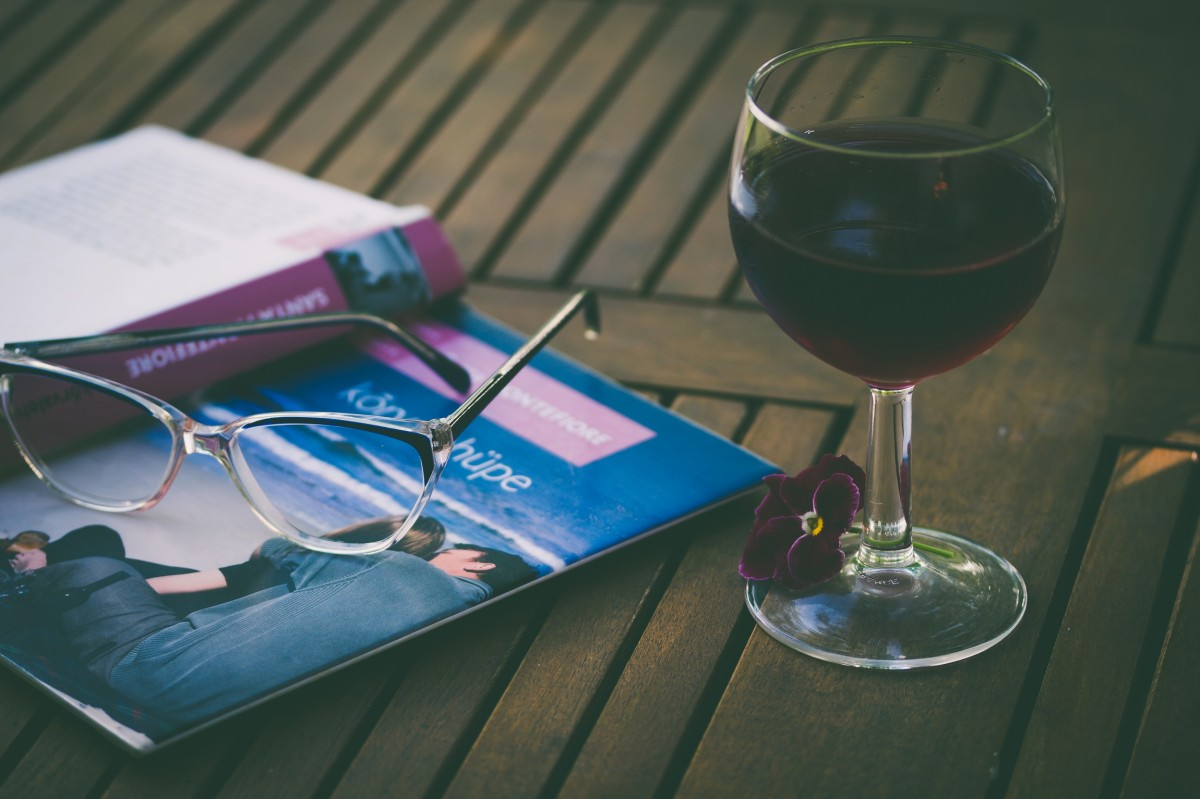 wine_glass_glass_wine_book_reading-58919.jpg