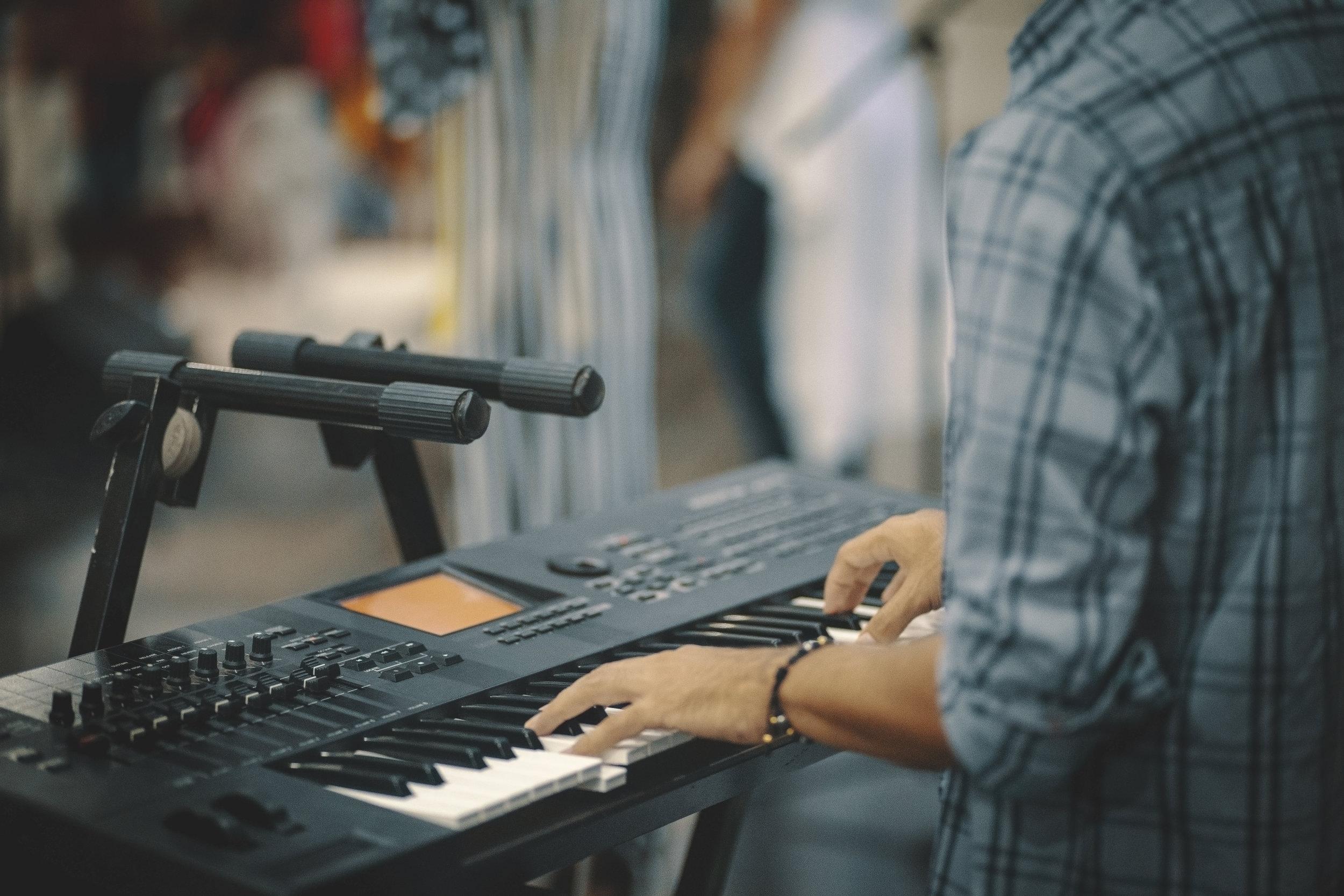 ¿POR QUÉ NOSOTROS ? - Creemos que todos los propietarios de canciones, desde los niños que escriben y graban en su habitación hasta los principales editores de música, deberían recibir un pago justo de lo que han ganado por la ejecución de sus canciones en EE.UU.Ya tenemos el historial de haber conseguido sus pagos!