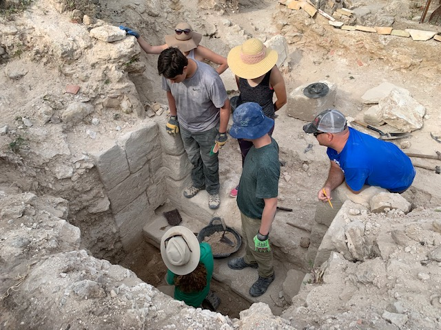 Catalina and students continuing their work on the passageway discovered three years ago in the Castle of Zorita.