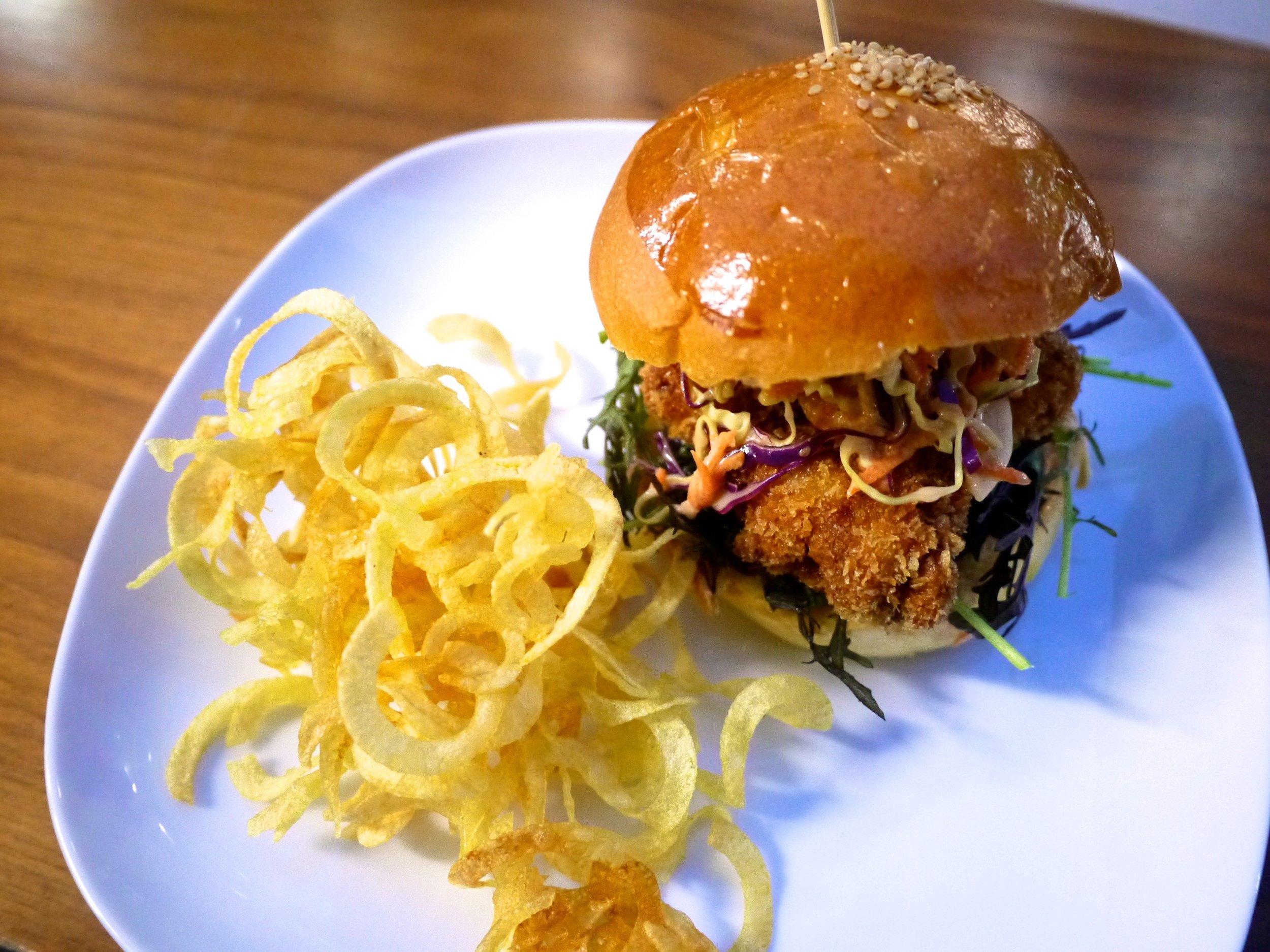 フライドチキンサンドウィッチ コールスロー&カーリーフライドポテト。Fried Chicken Sandwich w/ Japanese Coleslaw and Curly Fries