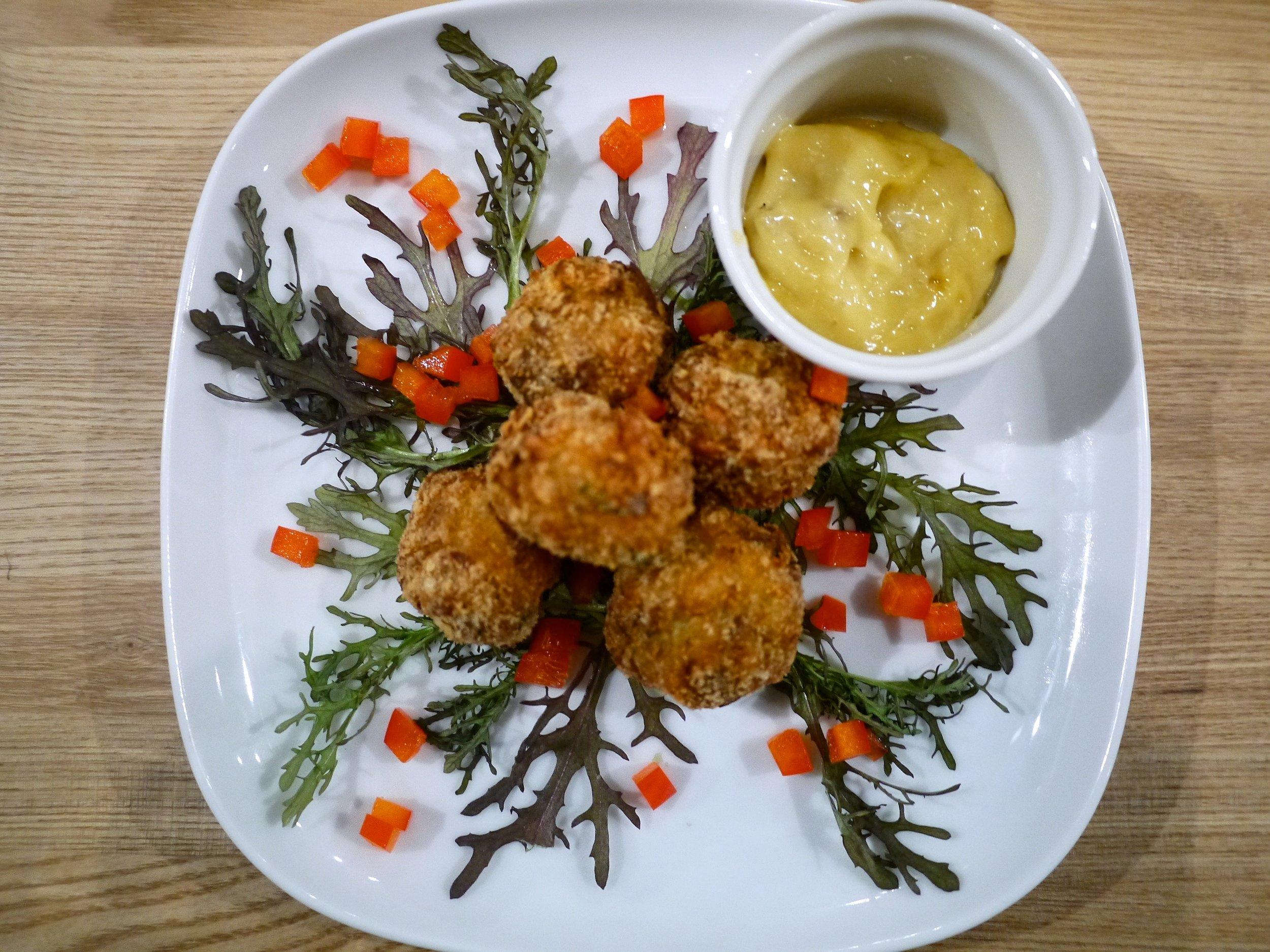 エビと舞茸のフリッター ワサビアイオリソース。Maitake Mushroom & Shrimp Fritter w/ Wasabi Aioli