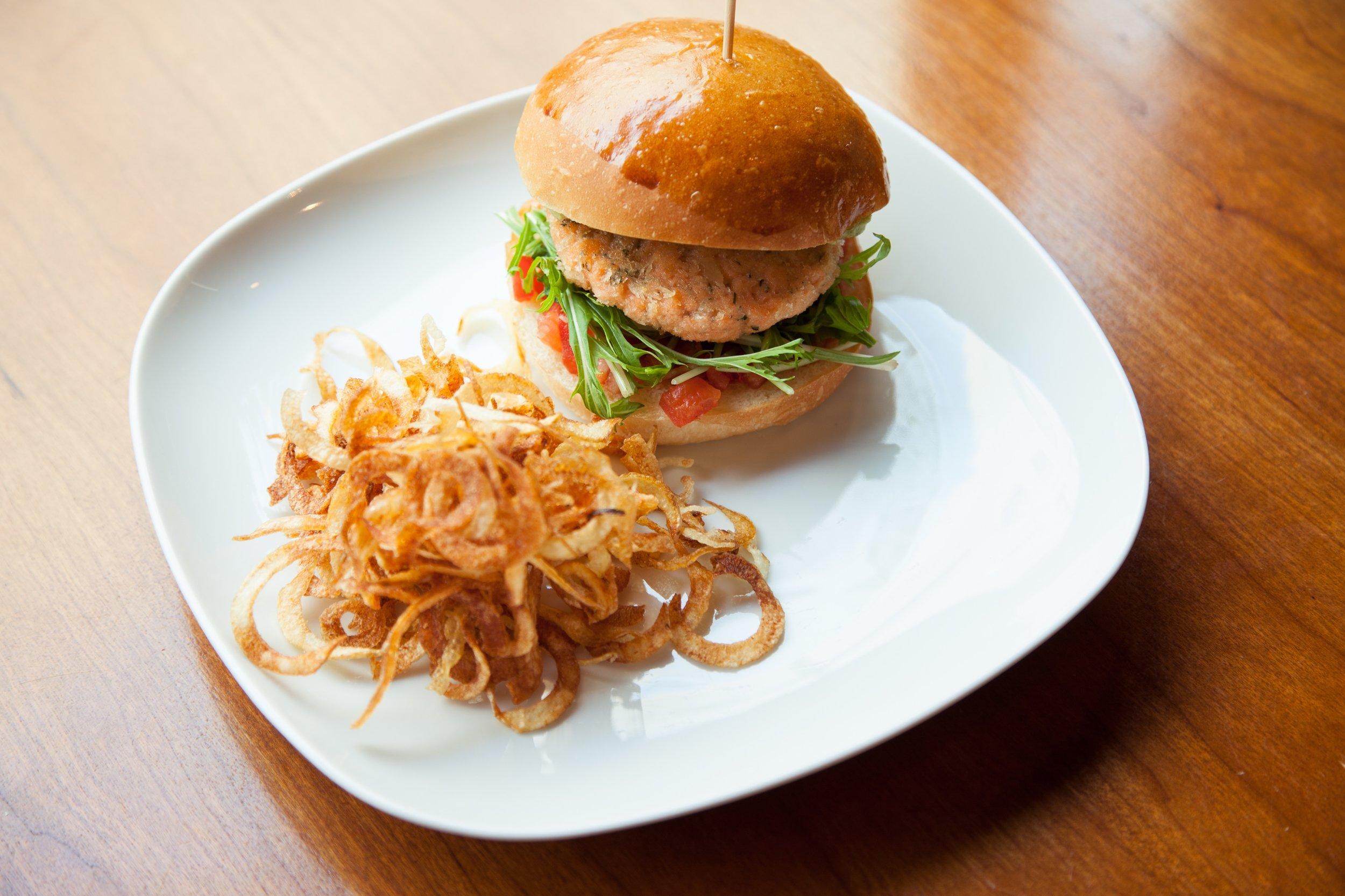 サーモンバーガー アボカド、トマト、カーリーフライドポテト。Salmon Burger w/ Avocado, Tomato, and Curly Fries