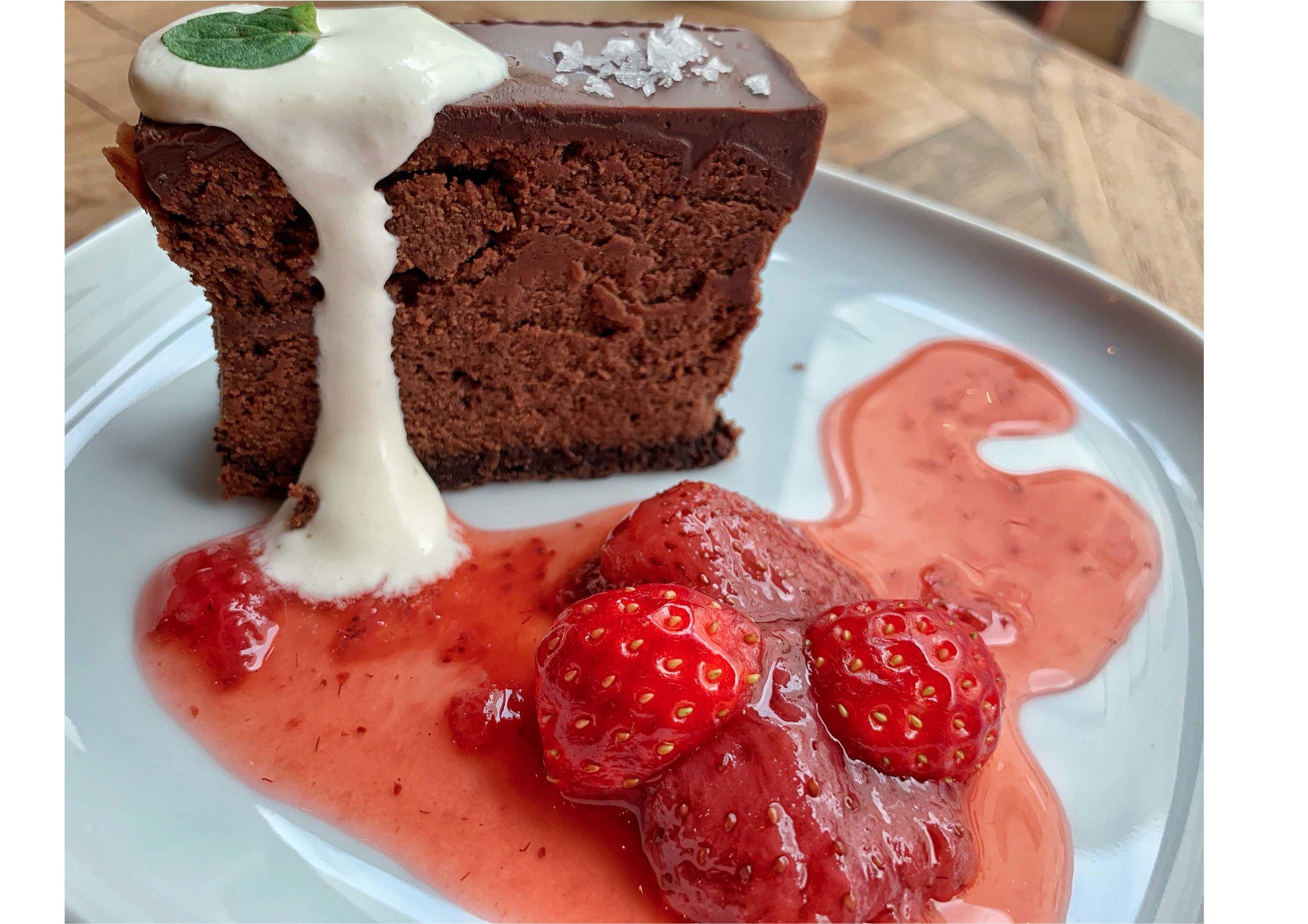 チョコレートチーズケーキ ストロベリーソース。Chocolate Cheesecake w Strawberry Sauce
