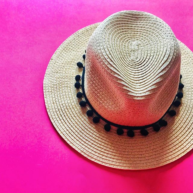 We're headed on a long weekend beach trip soon! Here are some budget-friendly items I've found to take with me on vacation. 🏖 link in bio! #fridayfive #frugalliving #frugalfox #secondhand #consignment