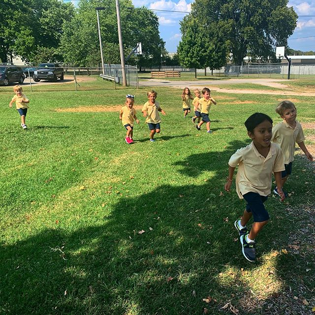 Our St. Joseph preschoolers have so much fun in our after-school CrossFit Kids program! We run, jump, dance, laugh and play games every Thursday for 45 minutes. Exercise disguised as play? The best way for a kid to be active and away from a screen! 💪