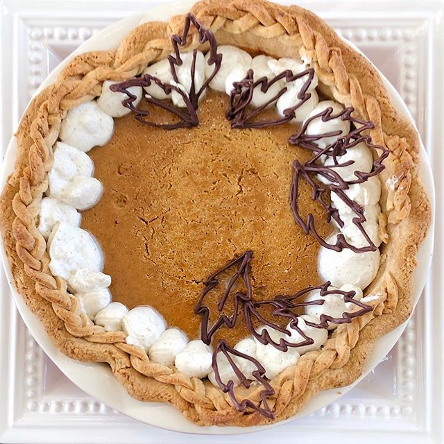 Happy Thanksgiving! Here's my imperfect pumpkin pie that everyone is loving 🦃💗 • Thank you @kingarthurflour for the most decadent pie crust and pumpkin filling !!