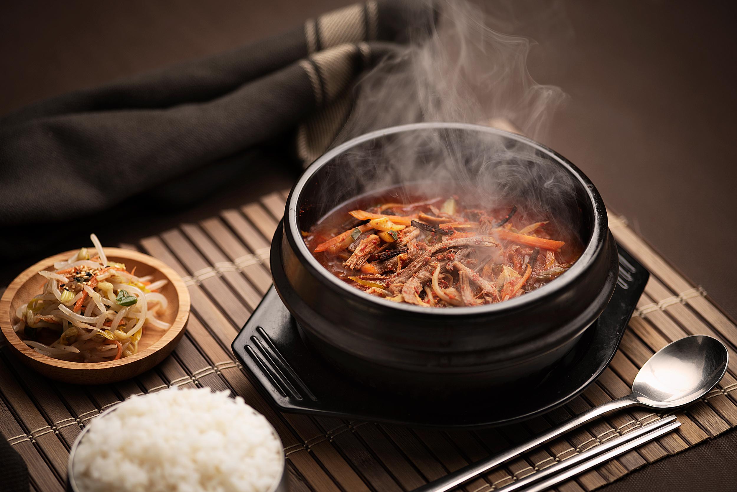 Yukejang - Caldo picante de helecho y ternera con verdura variada.Caldo rico en ingredientes siendo los helechos y la carne de ternera sus principales ingredientes, en un caldo caliente de guindilla y soja servido en un cuenco de barro hirviente y un bowl de arroz blanco.Ternera de primera, helechos, calabacín, brotes de soja, lechuga, setas, cebolletas, ajo, polvo de guindilla, salsa de soja, pimienta gris.13.50€
