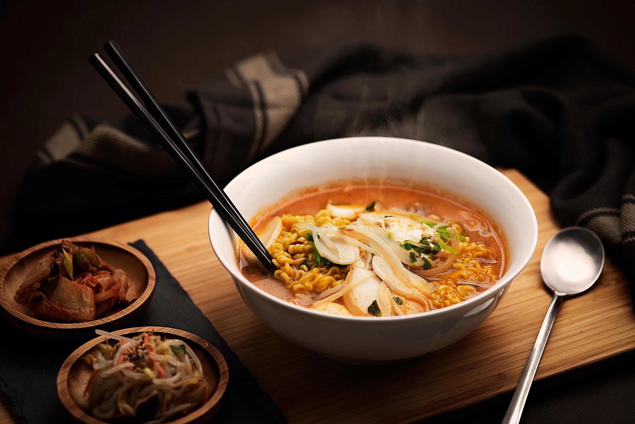 Tokramyun - Noodles picantes con pasta de arroz y huevo cocido.Conversión de una comida instantánea en todo un plato, muy popular en Corea, ahora en Midang.Noodles, pasta gruesa de arroz, caldo especial de ramyun, cebolleta, huevo cocido y verduras varias en dos niveles de picante, normal y muy picante.8.50€