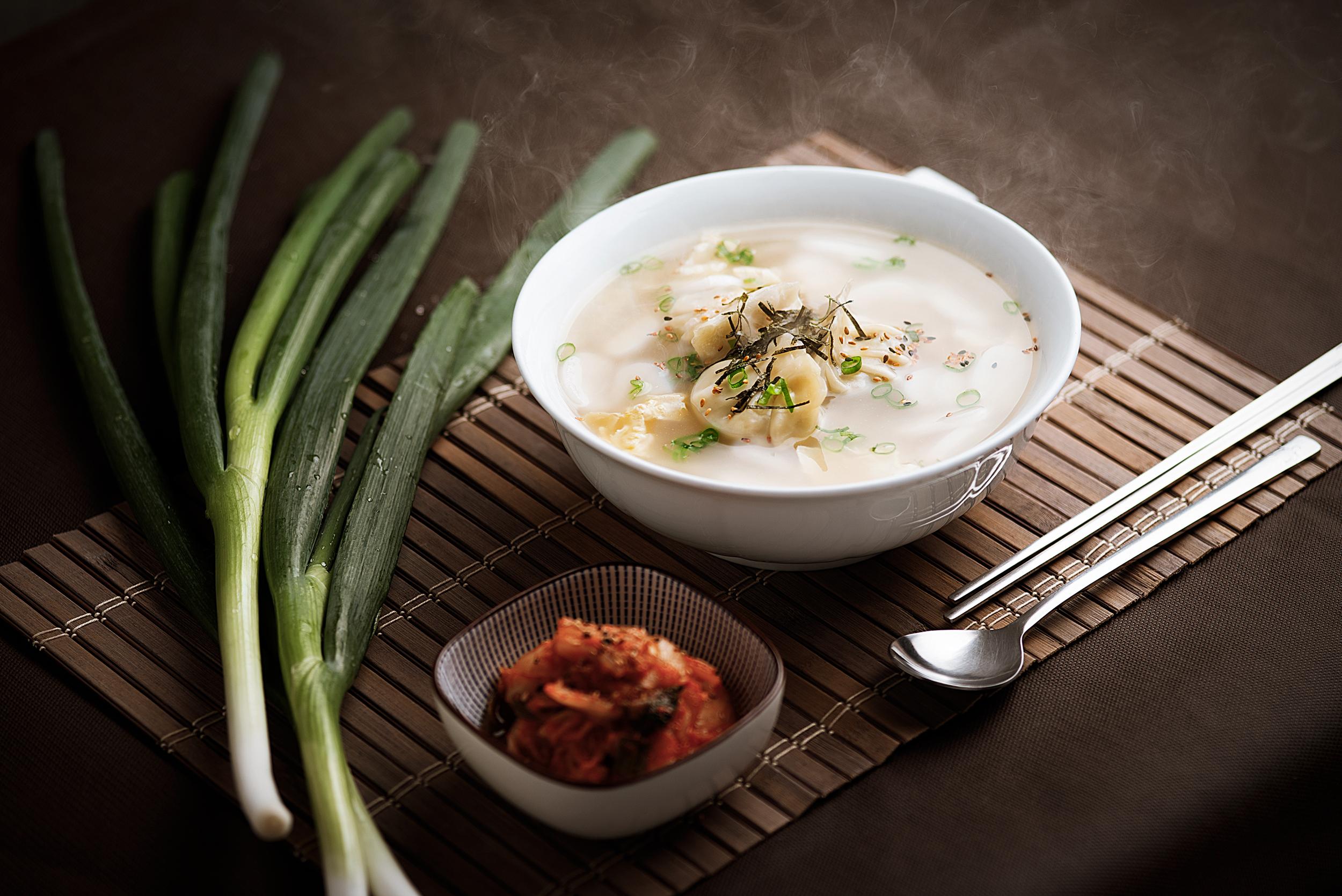 Tokmanduguk - Sopa de Mandu con pasta de arroz.Una sopa tradicional coreana de Mandu (empanadillas coreanas de carne de cerdo con verduras) con pasta de arroz en láminas, cebolleta, huevo escalfado y topping de algas secas. Una sopa generosa, consistente, muy suave y con un profundo sabor.9.50€