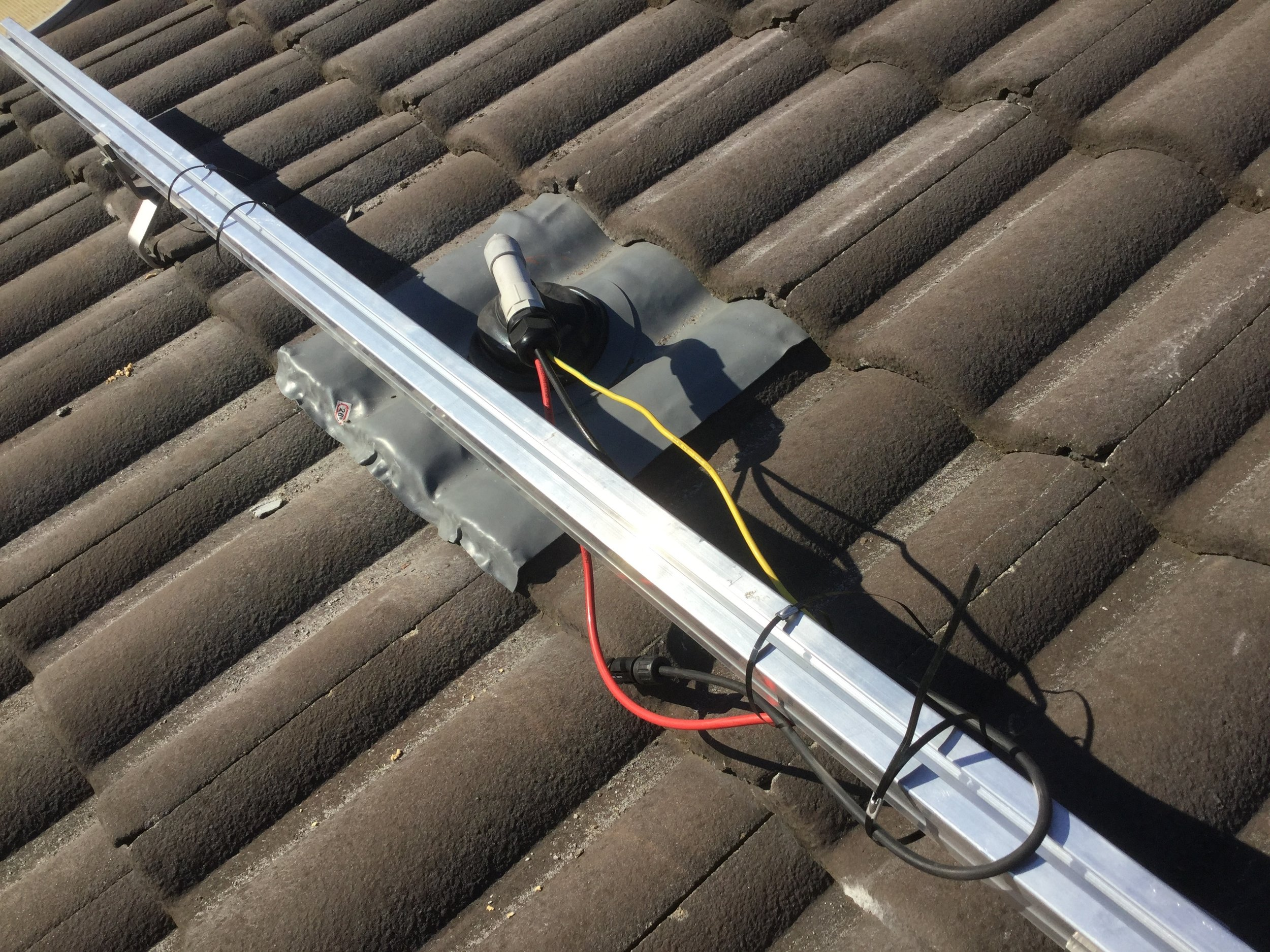 QC: Lead flashing installation, for tiled roofs.