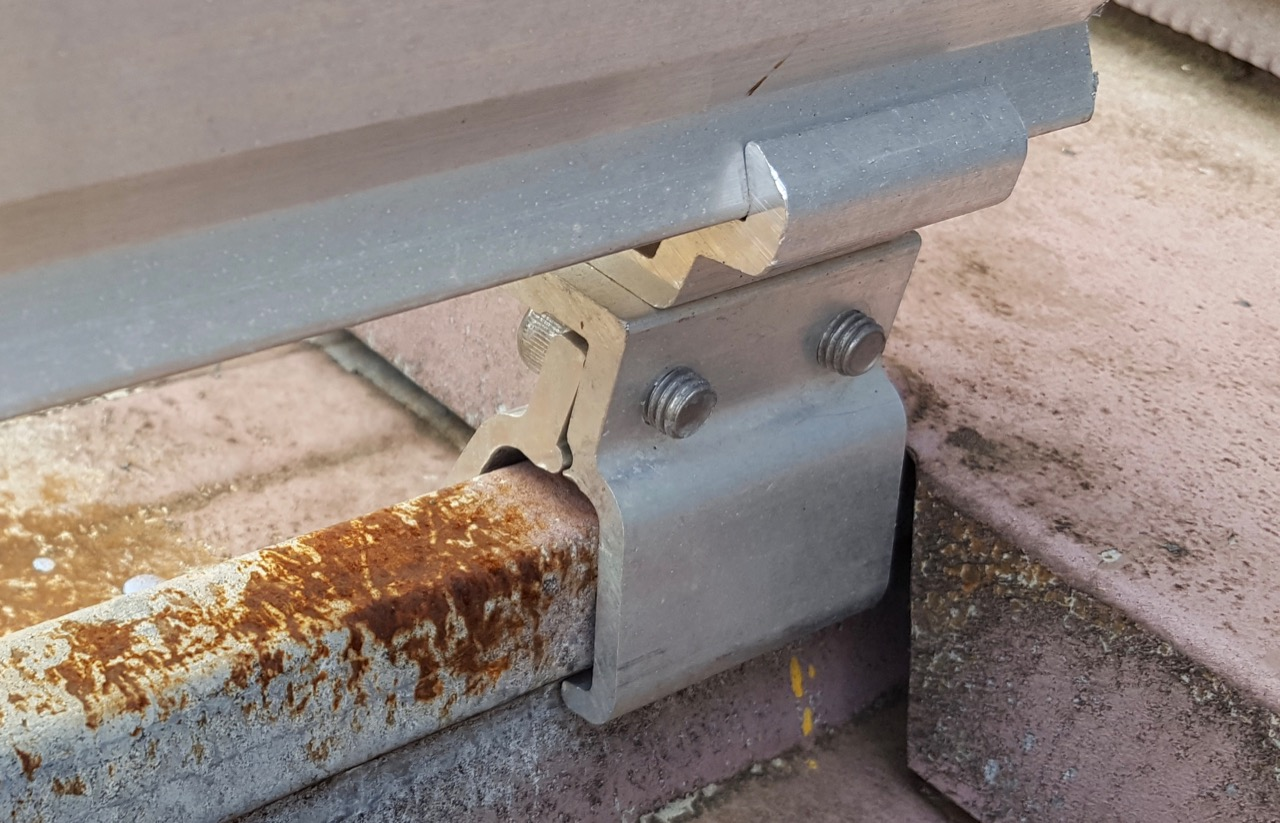No separating material placed between the clamp and roof; will lead to corrosion and further deterioration of roof sheets.