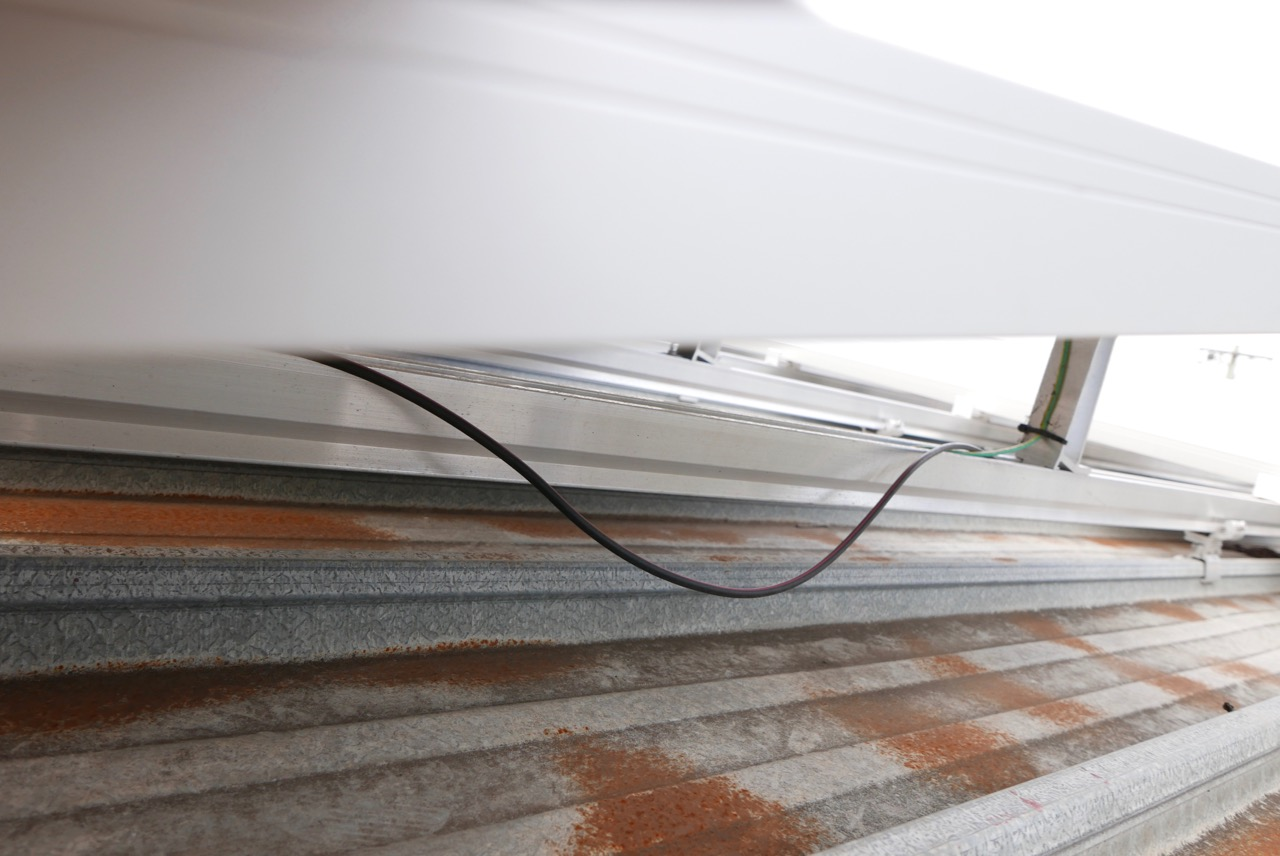 Cable in contact with the metal roof. Not permitted under the AS/NZS 5033.