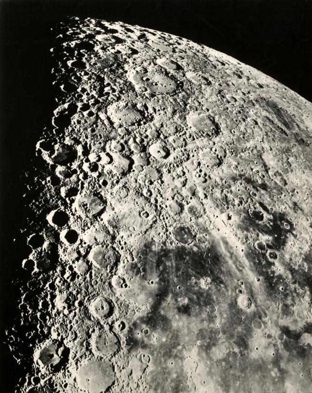 Een loepzuivere foto van de maan met kraters en een gedeelte van een zee, genomen met de Hooker Telescope van Mount Wilson Observatory bij Pasadena in Californië, 1919.  A flawless picture of the moon with craters and part of a sea, taken with the Hooker telescope of Mount Wilson Observatory near Pasadena, Callifornia, 1919.